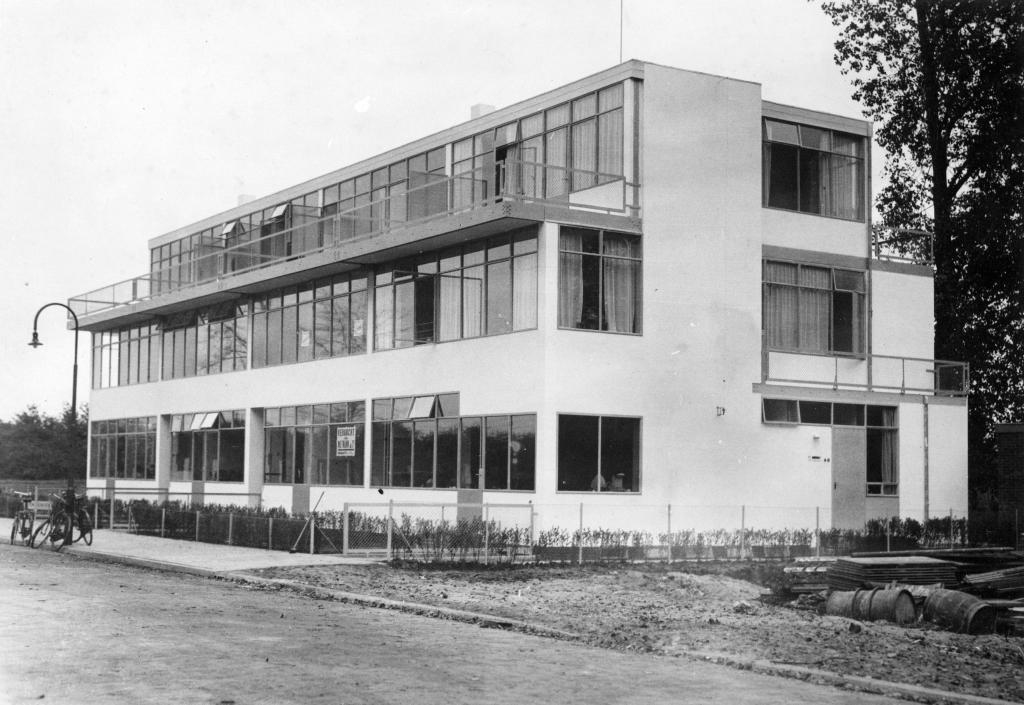 Door Gerrit Rietveld in 1931 ontworpen huizen aan de Erasmuslaan te Utrecht. foto: W.F. de Wildt - Het Utrechts Archief - nr 405081